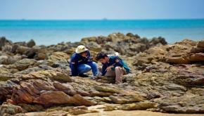 Analisa Bebatuan Unik, Tim Teknik Tambang UBB Survey Pantai Pejem